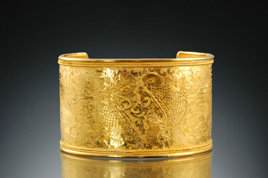 Two Fishes Adorn Cuff Bracelet of Pure Gold